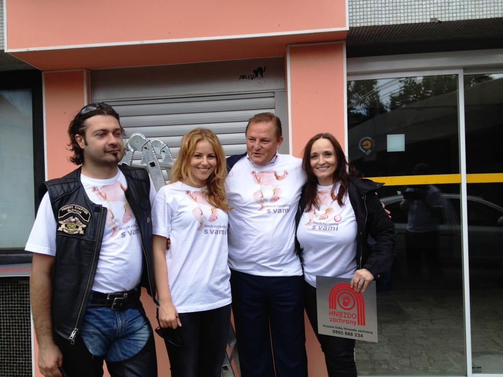 roku 2014 prišlo za podpory Nadácie Dobré zo Slovenska a Katky Knechtovej k výmene infromačných tabúľ na Hniezdach záchrany.